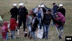 Грекия Идоменидегі лагерьден көшіріліп жатқан босқындарды қадағалап жүр. Грекия, 24 мамыр 2016 жыл.