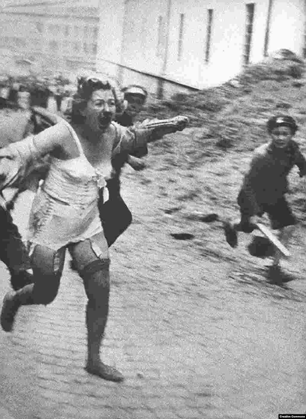 При активной поддержке нацистов против украинских евреев начался террор. Эта женщина бежит от толпы в Львове. Тысячи евреев были зачены и убиты во время погромов в Центральной и Восточной Европе.