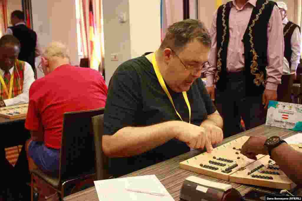 Кристиан Лауандер играет за Австрию. По профессии он программист и заинтересовался игрой, когда друг предложил ему написать компьютерный код тогызкумалак. Чтобы понять алгоритм игры, Кристиан начал усердно играть, но в итоге так и не смог написать код.