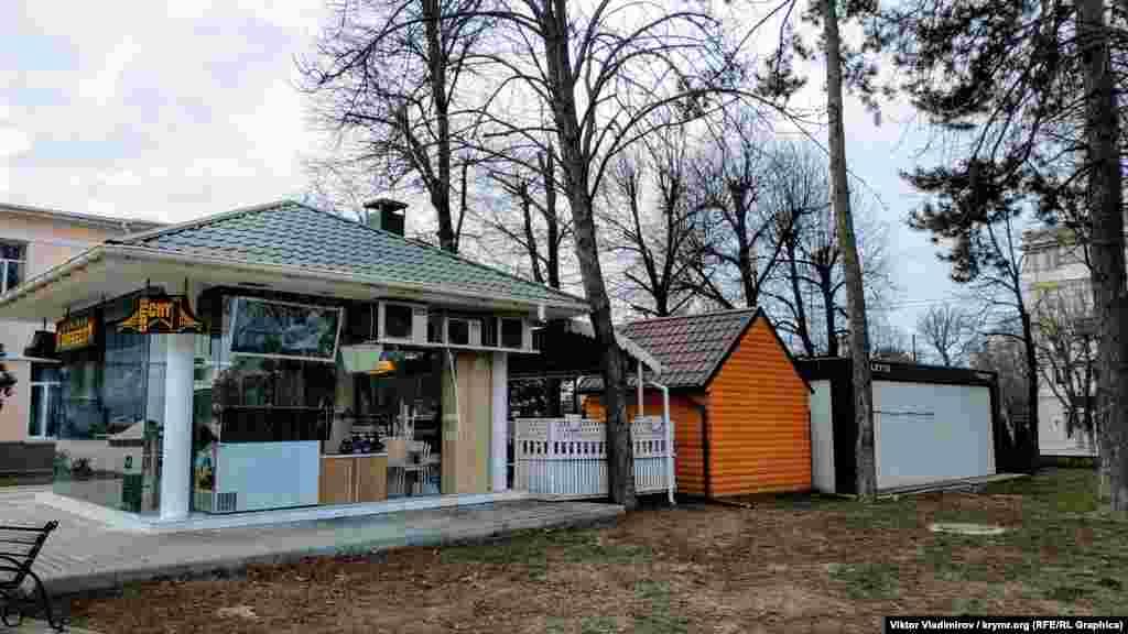 За останні роки на території парку з'явилися нові заклади – переважно кав'ярні
