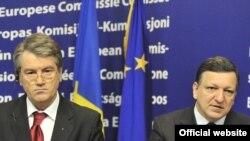 Ukrainian President Viktor Yushchenko (left) and EU Commission President Jose Manuel Barroso after meeting in Brussels