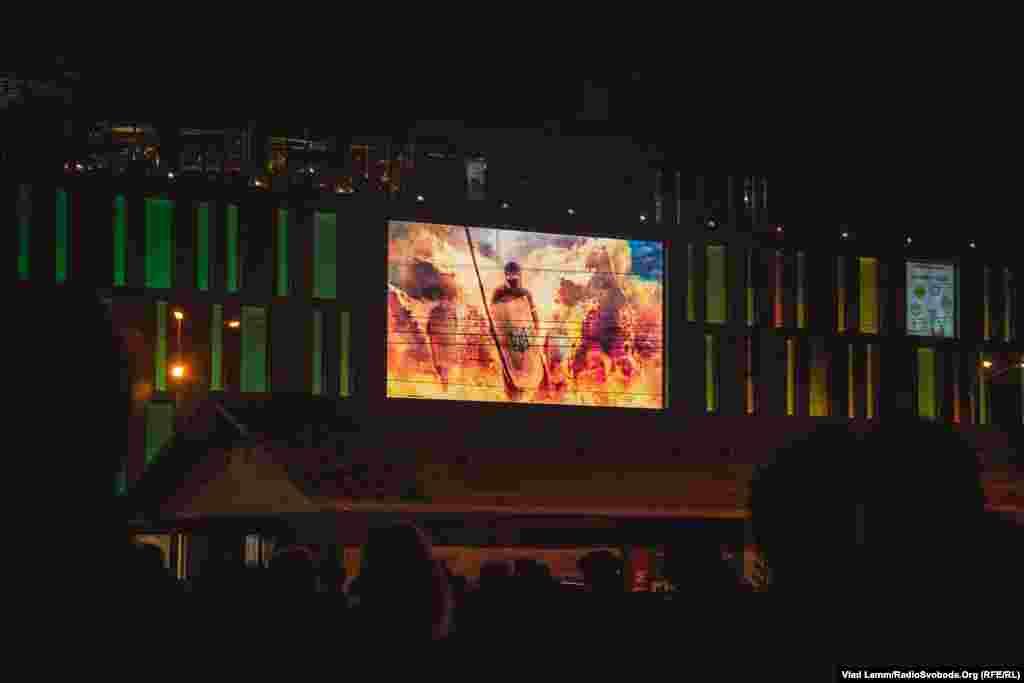 На екрані торговельного центру, який знаходиться навпроти площі, йшла хроніка революційних подій