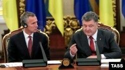 Президент України Петро Порошенко (праворуч) та генеральний секретар НАТО Єнс Столтенберґ під час засідання РНБО. Київ, 22 вересня 2015 року