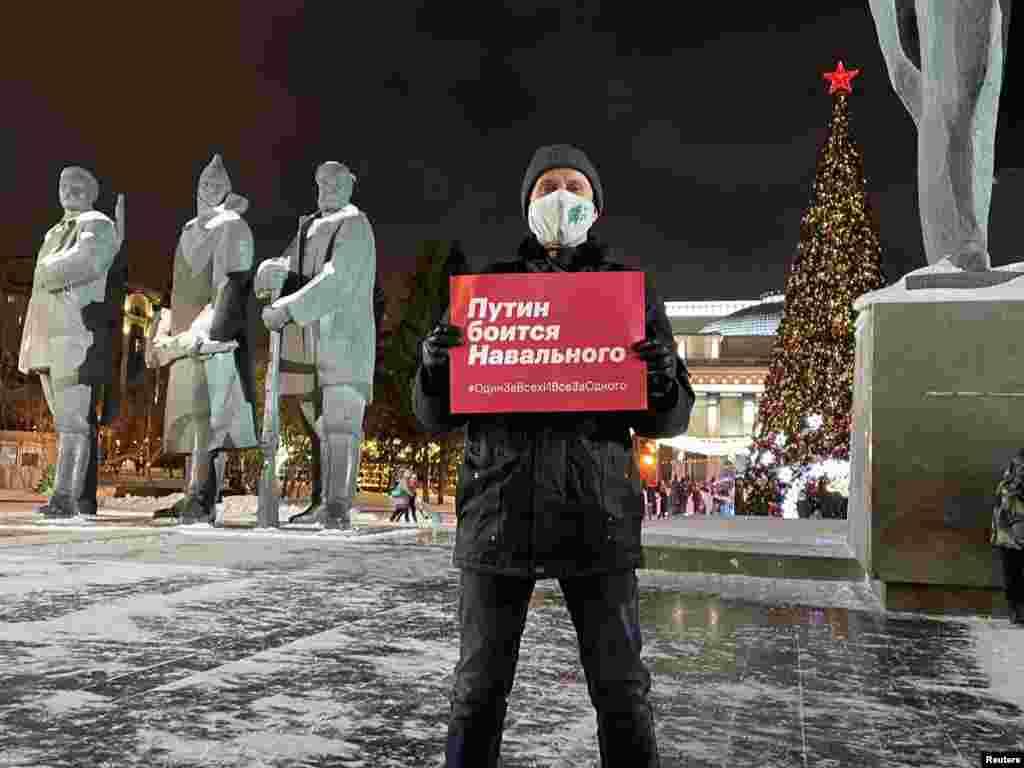 """Egy férfi Novoszibirszkben egy poszterrel a kezében, amelyen az áll: """"Putyin fél Navalnijttól"""". Ez egyik azoknak a fotóknak, amelyeket Navalnij támogatói osztottak meg a Twitteren."""
