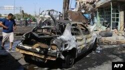 Прохожий рядом со взорванным в Багдаде автомобилем. 12 сентября 2014 года. Иллюстративное фото.