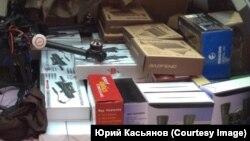 """""""SOS әскері"""" ұйымының бастамасымен жиналған, Украина әскеріне көмек ретінде алғы шепке жөнелтілетін заттар."""