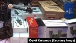 """Помощь для украинских военнослужащих перед отправкой на передовую в багажнике машины одного из волонтеров гражданской инициативы """"Армия SOS"""""""