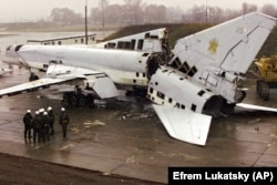 Розрізаний стратегічний бомбардувальник Ту-22 на військовому аеродромі біля Полтави, 12 листопада 2002 року. Літак знищено в рамках відмови України від ядерної зброї, що було обумовлено Будапештським меморандумом, підписаним у 1994 році. Згідно із цим Меморандумом США, Росія і Велика Британія зобов'язалися, поважати незалежність, суверенітет та існуючі кордони України