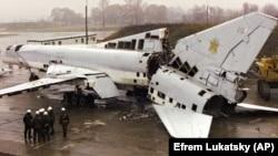 Розрізаний стратегічний бомбардувальник Ту-22 на військовому аеродромі біля Полтави, 12 листопада 2002 року. Літак знищено в рамках відмови України від ядерної зброї, що було обумовлено Будапештським меморандумом, підписаним у 1994 році. Згідно із цим Меморандумом США, Росія і Велика Британія зобов'язалися поважати незалежність, суверенітет та чинні кордони України