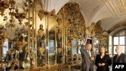 """Премиерът на провинция Саксония Георг Милбрад, канцлерът Ангела Меркел и директорът на музея в """"Грюнес Гевьолбе"""""""
