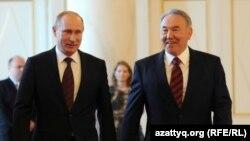 Президент Казахстана Нурсултан Назарбаев и президент России Владимир Путин (слева).