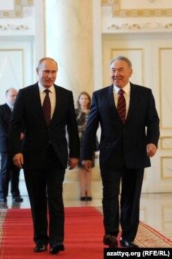 Қазақстан президенті Нұрсұлтан Назарбаев (оң жақта) пен Ресей президенті Владимир Путин (сол жақта). Астана, 7 маусым 2012 жыл.
