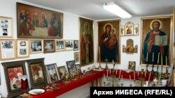 Част от предметите, главно от българските църкви в САЩ, които са събирани и запазвани от Иван Гаджев