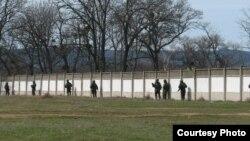 Російські десантники по периметру танкового батальйону Перевальненської бригади (березень 2014 р.)