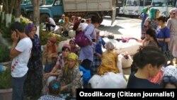 Сотрудники-работники бюджетных предприятий в Андижанской области отправляются на сбор хлопка, 17 сентября 2017 года. Фото отправлено мобильным репортером Радио Озодлик в Андижане.