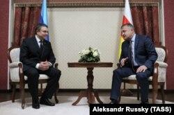 Леонид Пасечник и Анатолий Бибилов (слева направо) во время встречи. Цхинвали, 17 декабря 2018 года