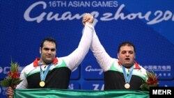 بهداد سلیمی (چپ) در کنار سجاد انوشیروانی، دو مدالآور وزن بالای ۱۰۵ کیلوگرم وزنهبرداری بازیهای آسیایی