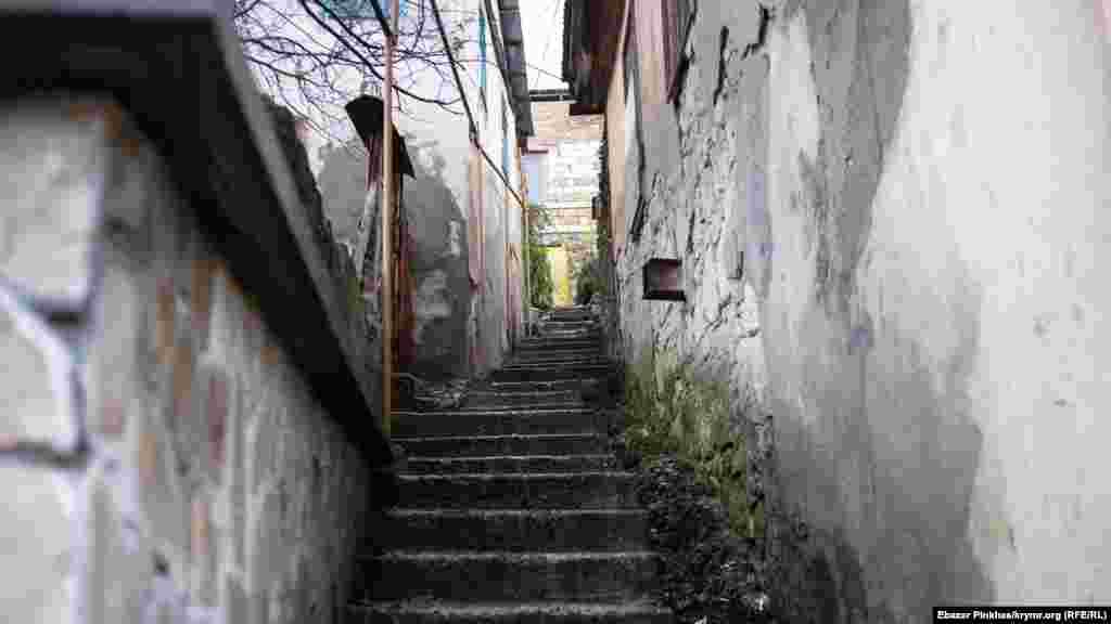 Такие узкие улицы в Бахчисарае можно встретить довольно часто. Местные называют их «козьими тропами»