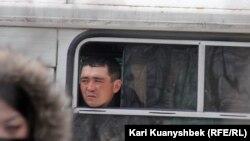 Баец унутраных войскаў назірае за мітынгам у Алматы, 25 лютага 2012