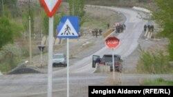 Кыргыз-тажик чек арасындагы жол. Баткен, 28-апрель, 2013 (Сүрөттүн азыркы окуяга тиешеси жок)