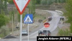 Кыргыз-тажик чек арасындагы жол. Баткен, 28-апрель, 2013.