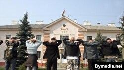 Сторонники Финькевича перед зданием Минского суда