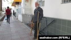 """Человек просящий подаяние возле торгового центра """"Гулистан"""", Ашхабад (Архивное фото)"""