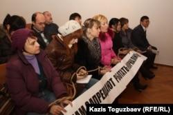 """Журналисты газеты """"Голос республики"""" в суде. Алматы, 12 декабря 2012 года."""