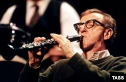 Woody Allen Nyu-york barlarının birində caz ifa edir.