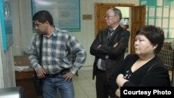 Сотқа келген екі тарап. Орал, 23 сәуір 2012 жыл. («Уральская неделя» сайтынан uralskweek.kz алынған сурет)
