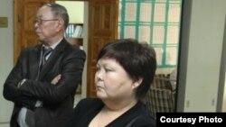 Тамара Еслямова (справа), издатель газеты «Уральская неделя», в кулуарах суда.