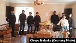 В набор гуманитарной помощи весом до 15 кг входят продукты питания и товары первой необходимости
