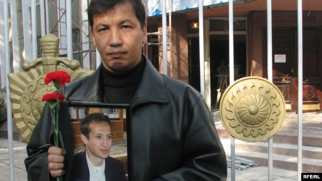 One of the Kyrgyz protesters -- human rights activists and journalists -- who demanded justice be brought in the case of murdered journalist Alisher Saipov, in Bishkek on October 26, 2007.