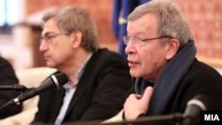 Yazıçı Orxan Pamuk və Victor Erofeyev (Arxiv foto)