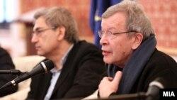 Ön tərəfdə Viktor Yerofeyev, arxa fonda O.Pamuk Makedoniya, 2013