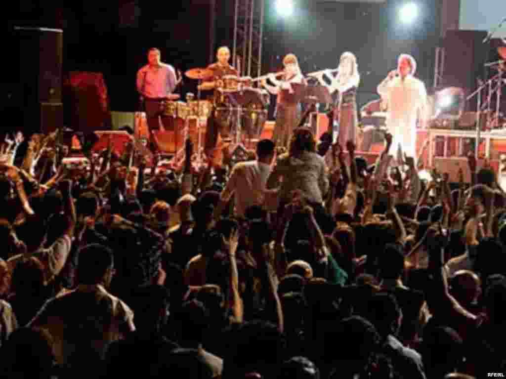 UAE, Dariush and Mansour concert in Dubai, both are Persian pop singers based on LA,03/272007