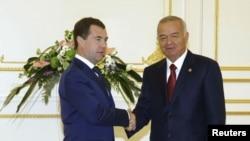 Россия президенти Дмитрий Медведев (ч) ва Ўзбекистон президенти Ислом Каримов, Тошкент, 11 июн 2010 йил.