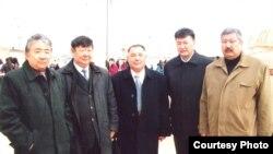 Жұмысшылары ереуілдеп жатқан «Бұрғылау» ЖШС-нің директоры Төлеген Әжібаев (сол жақтан екінші) әріптестерімен бірге Наурыз мерекесінде. Жаңаөзен, 22 наурыз 2009 жыл.