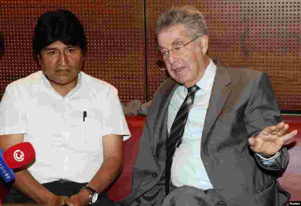 Боливия президенті Эво Моралес (сол жақта) мінген ұшақ бортында Эдвард Сноуден бар деген күдікпен Венаға күштеп қондырылды. Австрия президенті Хайнц Фишер Эво Моралеспенәуежайда кездесіп отыр. 3 шілде 2013 жыл.