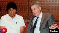 Виена, 03.07.2013 Боливискиот претседател Ево Моралес и австрискиот претседател Јанц Фишер, на прес конференција на аеродромот во Виена.
