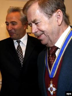Вацлав Гавел (праворуч) у посольстві України в Чехії, де його нагородили орденом князя Ярослава Мудрого. Прага, 4 жовтня 2006 року