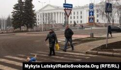 Пешеходный переход на площади Мира в Краматорске. Украина. Январь 2020 года