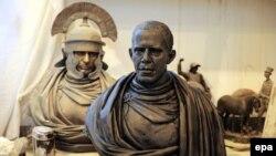 Гіпсавыя бюсты Ўладзіміра Пуціна (L) і Барака Абамы (R) на выставе ў майстэрні скульптара Паўла Грэшнікава ў Санкт-Пецярбургу, 2015