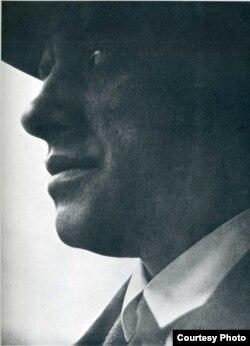 Маяковский,1924, фото Ласло Мохой Надя, воспроизведенное на обложке берлинского сборника