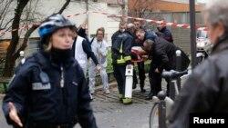 Полиция оцепила территорию у здания, где произошла стрельба. Париж, 7 января 2015 года.