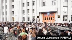У здания правительства