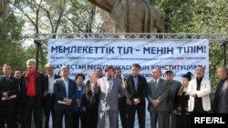 Митингте сөйлеген ақын-жазушылар, саясаткерлер мемлекеттік тілге қатысты биліктің ісін сынға алды. Алматы, 21 қыркүйек 2008 ж.