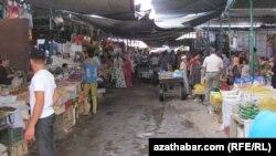 """Daşoguz şäheriniň """"Baý bazar"""" diýlip atlandyrylýan söwda bazary. Iýun, 2012."""