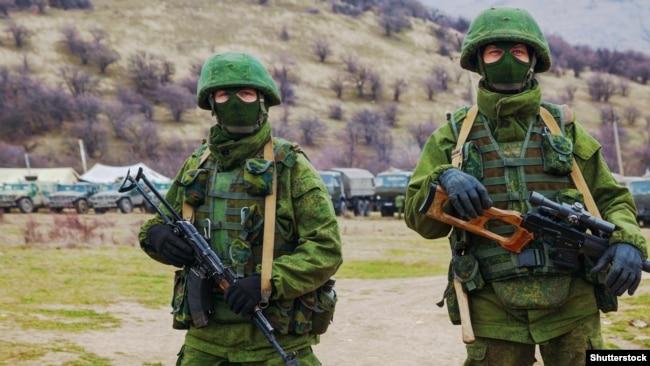 Російські військові без розпізнавальних знаків (так звані «зелені чоловічки») у селі Перевальне, 5 березня 2014 року
