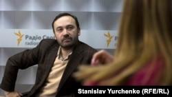 Ілля Пономарьов у студії Радіо Крим.Реалії